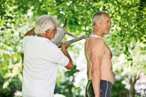 Kalter Rückenguss aus der Gießkanne in Bad Wörishofen